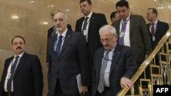Астанадағы Сирия бейбіт келіссөзінің жиынына келген Сирияның БҰҰ-дағы елшісі Башар әл-Жаафари (сол жақтан екінші), Сирияның Ресейдегі елшісі Рияд Хаддад (сол жақта) басқа да делегация өкілдері. Астана, 15 наурыз 2017 жыл.