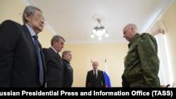 Аман Тулеев (крайний слева), в бытность губернатором Кемеровской области, во время прибытия в Кемерово президента России Владимира Путина (в центре). 27 марта 2018 года.
