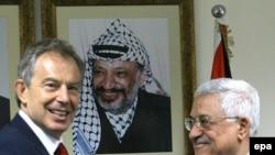 Новый друг хуже старых двух? Блэр не доехал в Рамаллу к Арафату (на портрете), зато пообщался с его преемником Аббасом