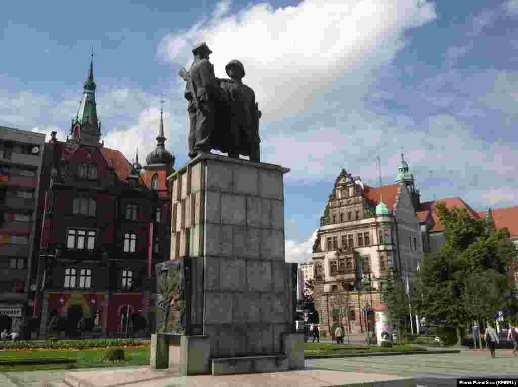 Памятник дружбе польского и советского солдата появился в Легнице в 1951 году