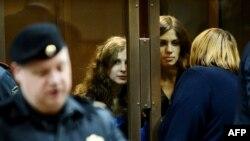 Участницы группы Pussy Riot, Мария Алехина и Надежда Толоконникова