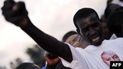 Чоловік у футболці із зображенням президента Бурунді П'єра Нкурунзізи (фото архівне)