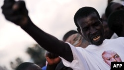 Мужчина в футболке с изображением президента Пьера Нкурунзизы во время одной из акций правящей политической партии Бурунди.