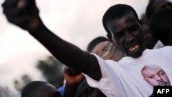 Бурунді: прихильник президента П'єра Нкурунзізи з його портретом на футболці, архівне фото