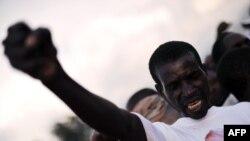 Бурундидегі билеуші партияны қолдау жиынында президент Пьер Нкурунзизаның суреті бар жейде киіп тұрған адам. Бужумбур, 11 мамыр 2010 ж. (Көрнекі сурет)
