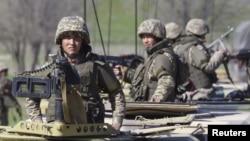 Казахстанские военные на учениях в Алматинской области. 17 апреля 2015 года.