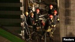 Спасатели извлекают тело погибшего под обломками рухнувшего торгового центра в Риге