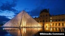 Vedere nocturnă a Piramidei Muzeului Louvre