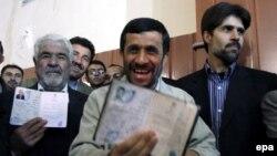 روحانيون عالی رتبه در کنار سياستمدارانی که در مسند قدرت هستند، در نخستين ساعات روز رای خود را به صندوق های رای انداختند و به سنت برگزاری انتخابات در جمهوری اسلامی، در پيام های جداگانه، از مردم ايران دوعت کردند که در انتخابات شرکت کنند.