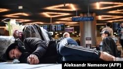 """Москванын """"Внуково"""" аэропортунда мекение кете албай жаткан мигранттар, 24-март, 2020-жыл."""