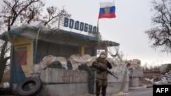 Бойовик угруповання «ДНР» на КПП під Харцизьком, 16 листопада 2014 року