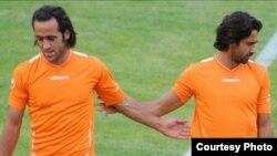 علی کریمی (چپ) در کنار مجید فرهادی در یک بازی تمرینی تیم ملی ایران، عکس تزئینی است