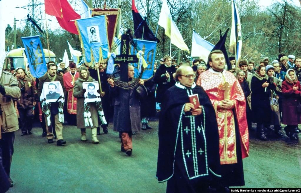 На передньому плані в окулярах – священник УГКЦ Ярослав Лесів