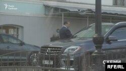 Також журналісти неодноразово фіксували під міністерством автівку, яка належить підприємцю Дмитру Буряку