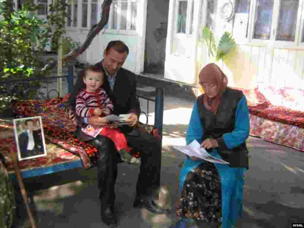 Родители Алишера Саипова вместе с его дочкой
