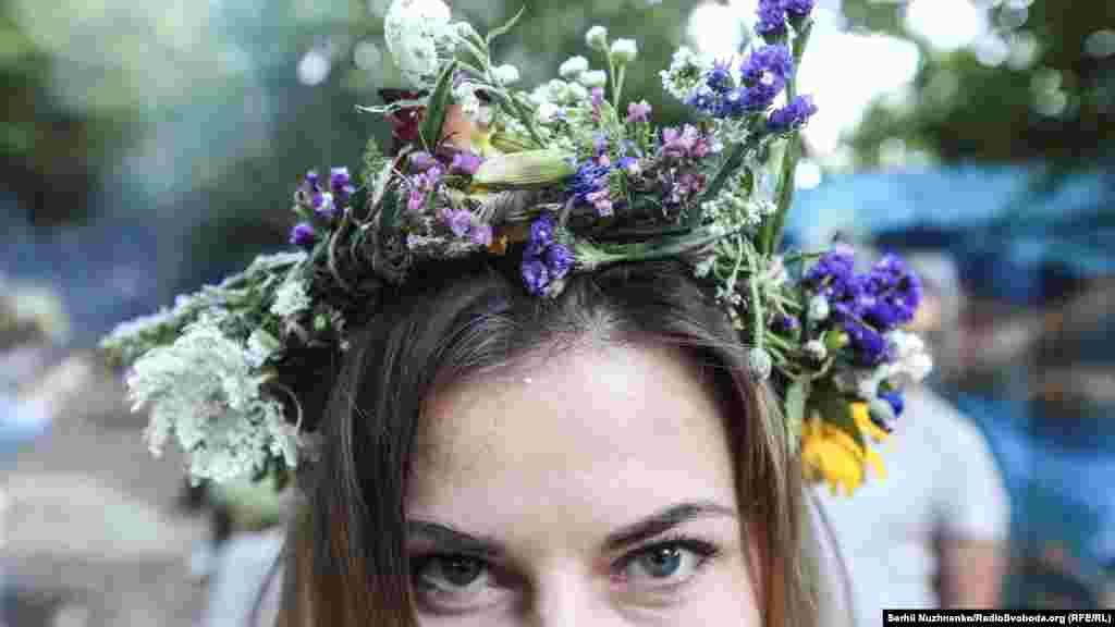 Майже всі дівчата прикрасили голови вінками з купальських трав. Існує повір'я, що зібрані в ніч на Івана Купала чи вранці рослини мають особливу силу