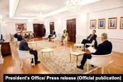 Foto nga takimi ndërmjet presidentit Thaçi dhe kryeministrit në detyrë, Kurti. Prishtinë, 1 prill, 2020.