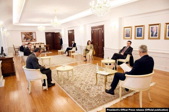 Gjatë konsultimeve me partitë parlamentare, presidenti Thaçi në muajin prill ishte takuar edhe me liderin e Vetëvendosjes, Kurtin.
