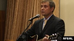 Belarus -- Radio Svaboda Director Alexander Lukashuk performs an original song at the Minsk Palace of Arts.