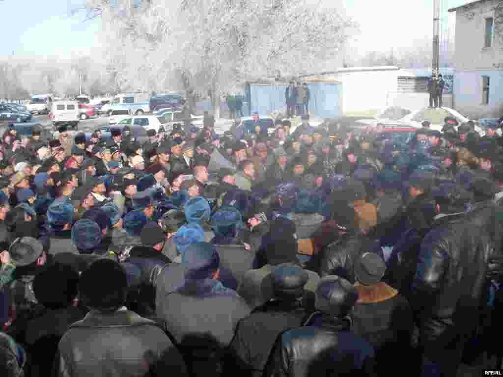 "Оппозиция бул окуяны куугунтук аракети катары баалайт. - Kyrgyzstan - leader of opposition party ""Ata Meken"" Omurbek Tekebaev during the meeting with local population of Talas region. 16Jan2009"