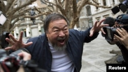 Қытай суретшісі әрі диссидент Ай Вэйвэй Лондондағы көрмесіне келген фототілшілер алдында тұр. 15 қыркүйек 2015 жыл.