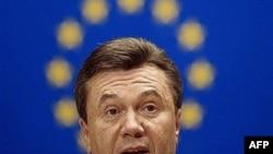 Премьер Янукович попытался объяснить свою позицию европарламентариям простым украинским языком