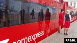 Уже с сегодняшнего дня по маршруту Савеловский вокзал - Шереметьево должны ходить новые ярко-красные электрички