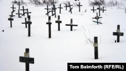 Кладбище, на котором похоронены заключенные Воркутлага. На могилах умерших узников лагеря нет фамилий и имен, только таблички с номерами. 8 февраля 2013 года.