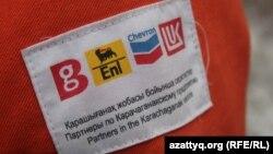 Шеврон на спецодежде сотрудника Karachaganak Petroleum Operating B.V. (KPO) с указанием эмблем компаний, входящих в консорциум. Иллюстративное фото.