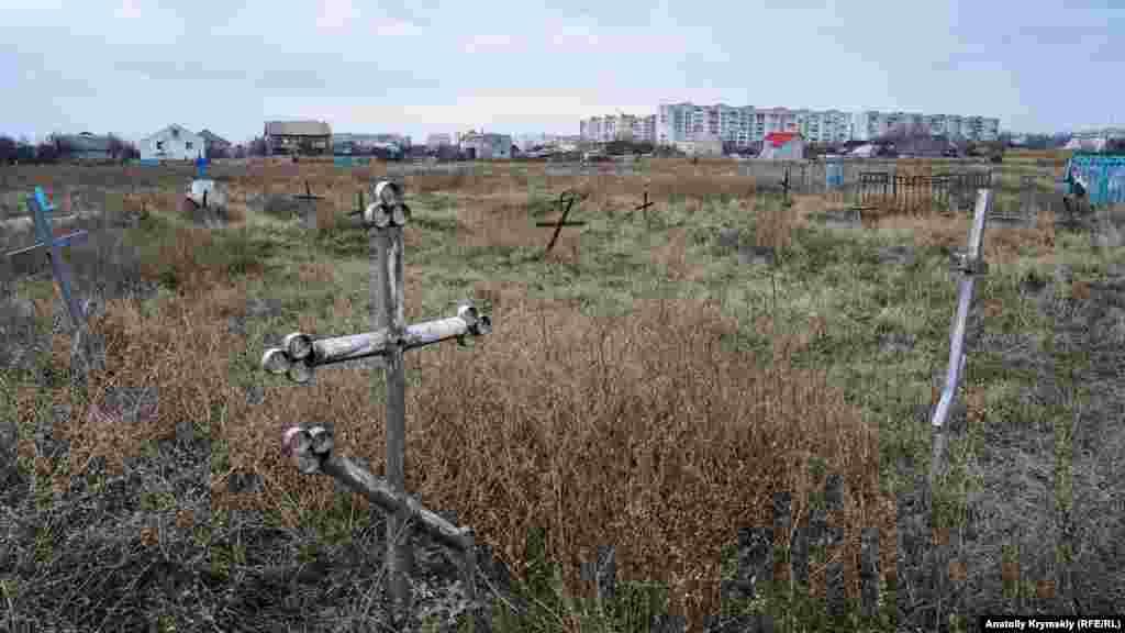 Заброшенное старое кладбище возле храма. Некоторые могилы на нем датированы серединой XIX века