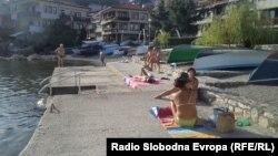 Топлото време и пријатната вода за капење и во октомври ги донесе охриѓани на плажа.