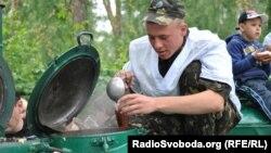 У Києві військові розганяли хмари, афганці годували всіх солдатською кашею