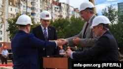 Бывший приднестровский лидер Евгений Шевчук и бывший вице-премьер России Дмитрий Рогозин на церемонии начала строительства в Тирасполе, 5 сентября 2013