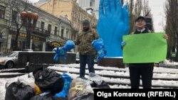 На зібрані гроші компанія планує купити до Дня Святого Миколая подарунки для дітей, батьки яких загинули або постраждали у військових діях на сході України
