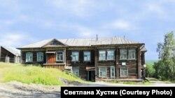 Здание старой больницы в Раздолинске. Красноярский край