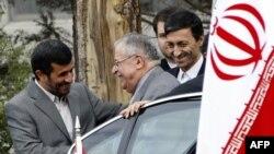 آستقبال محمود احمدینژاد (چپ) از جلال طالبانی (وسط) در سفر اسفند ۸۷ طالبانی به تهران