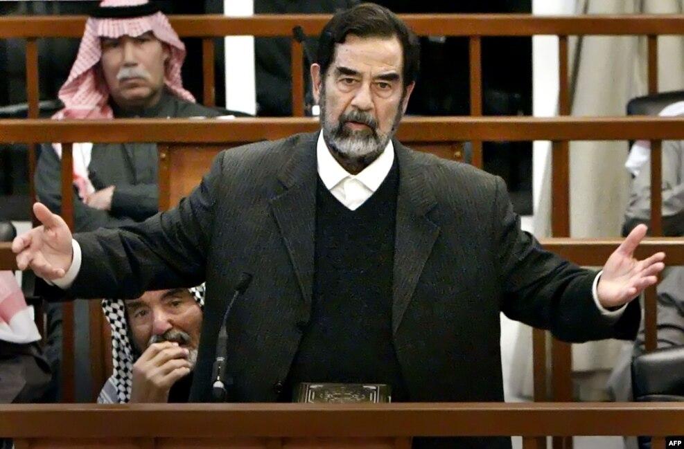 مارس ۲۰۰۶، دادگاه. او و ۶ تن از یارانش به کشتار ۱۸۰ هزار کرد عراقی در سال های ۱۹۸۷ و ۱۹۸۸ میلادی متهم شدند.