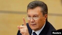 """Шу йил февраль ойида Виктор Янукович Украинадан қочиб кетганидан кейин унинг """"Минтақалар партияси""""даги сафдошлари буни қоралаб чиққандилар."""