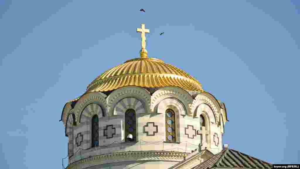 Птахи кружляють над куполом Володимирського собору