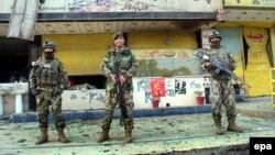 Ոստիկանները հսկում են պայթյունի վայրը, Ջալալաբադ, 20-ը մարտի, 2014