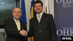 Sa primopredaje dužnosti, Valentin Inzko (l) i Miroslav Lajčak (d)