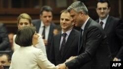 Novoizabrana predsednica Kosova Atifete Jahjaga (levo) čestita joj kosovski premijer Hašim Tači na vanrednoj sednici parlamenta, Priština, 07. april 2011.