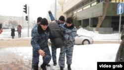 Задержания граждан перед предполагаемым митингом на фоне заявлений активистов о недоверии официальной версии смерти гражданского активиста Дулата Агадила в стенах столичного СИЗО. Нур-Султан, 27 февраля 2020 года.