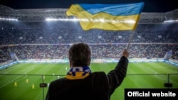 Президент України Петро Порошенко разом зі стадіоном «Арена-Львів» святкує гол збірної України, 14 листопада 2015 року