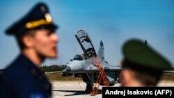 Piloti Rusije i Srbije pored aviona MIG 29, aerodrom Batajnica, 4. oktobar 2018.