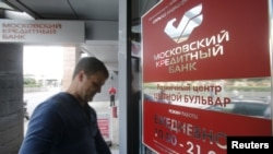 A man (not seen here) who attempted to rob the Credit Bank of Moscow after taking hostages was killed by police.