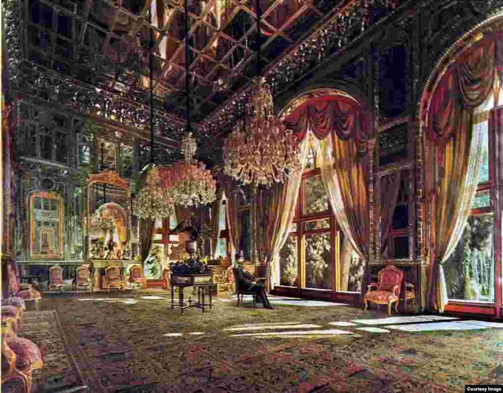 یکی از بخشهای اصلی کاخ تالار سلام و آینه است که در زمان ناصرالدینشاه ساخته شد. یکی از دلایل شهرت تالار آینه نقاشیای است که کمالالملک از ناصرالدینشاه کشید.