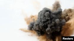 Ливиянын чыгышындагы Брега шаарынын жака белин Каддафиге ыктаган күчтөр бомбалашты, 2-март, 2011-жыл.
