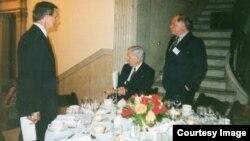 Autor na večeri s predsjednikom Harvarda Neilom Rudenstineom i profesorom John Kenneth Galbraithom 1994. godine (fotografije iz arhive Kemala Kurspahića)