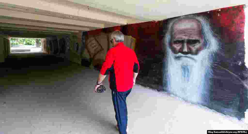 Не так давно один из переходов на улице Толстого таким образом облагородиливолонтеры-художники. С одной стороны Лев Толстой...